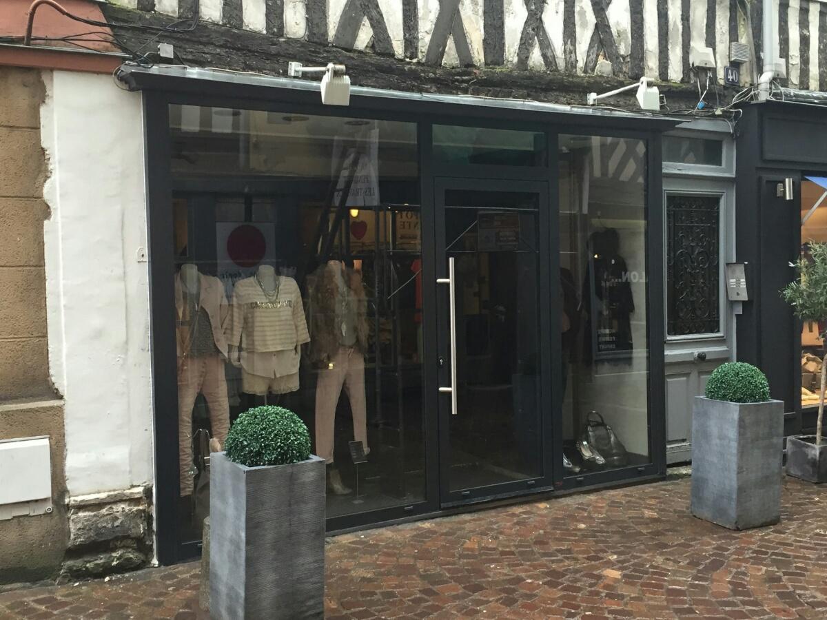 Remplacement vitrine magasin vêtements Normandie